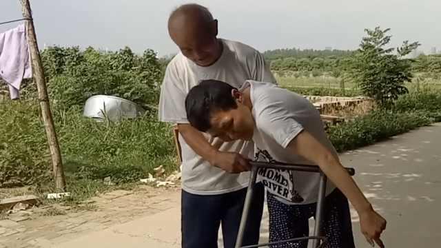 他照顾瘫痪儿媳9年,邻居:比闺女亲
