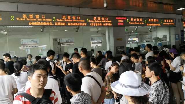 四川暴雨多趟列车停运,众旅客退票