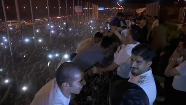 伊朗队光荣回国,上千球迷深夜接机