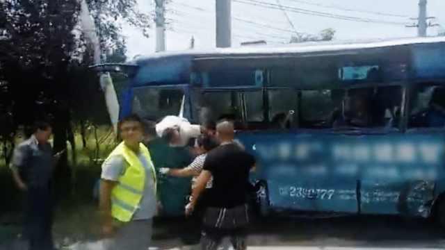 吓人!罐车拦腰撞上客车,6人受伤