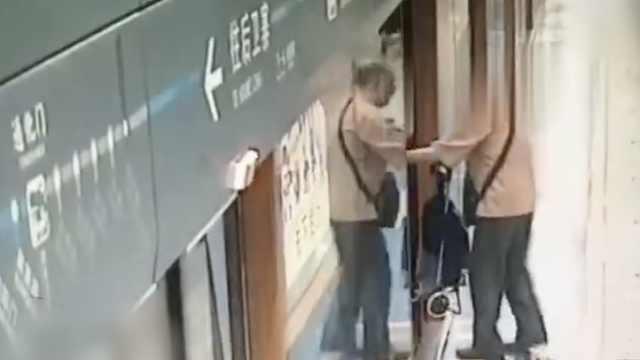 老人阻碍地铁关门,列车延误1分多