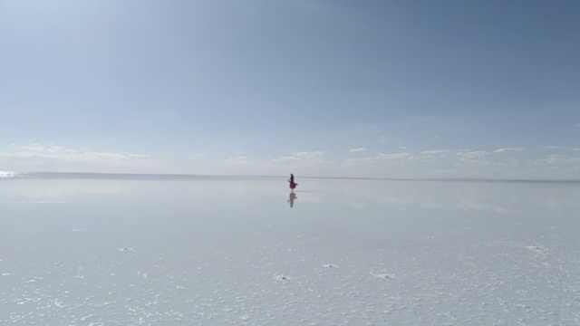 盐湖美如天空之镜,游客奔千里来看