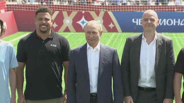 普京与FIFA主席相聚红场秀球技
