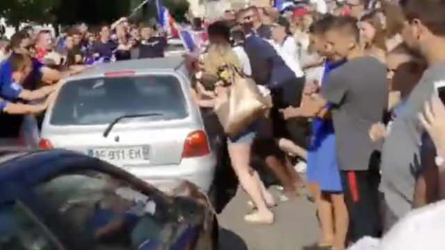 宛如夺冠!法国球迷庆晋级街头摇车