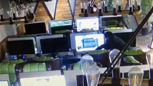 监拍:男子网吧多次盗窃手机被抓