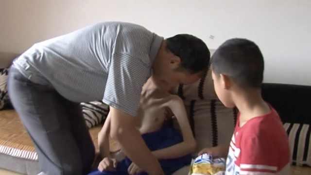 兄弟俩接连患重病,父亲独自照顾