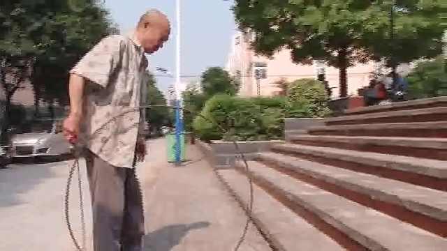 8旬大爷工伤落残疾,日推铁环走30里