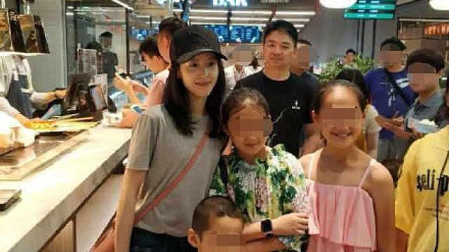刘强东章泽天素颜逛超市与粉丝合影