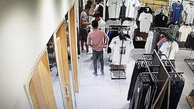 2同伙照镜子掩护,他服装店偷新衣