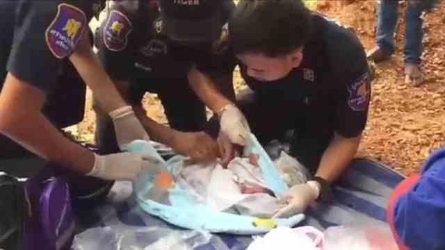 新生男婴脐带未剪,被抛弃在工地
