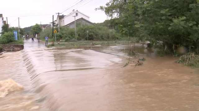 暴雨山洪滚滚,桥被淹村庄成