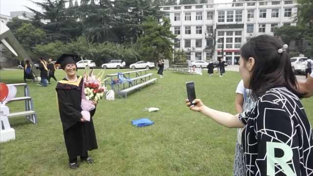 穿孙女学士服拍照,79岁奶奶笑开花