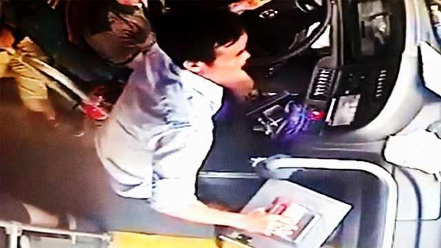 男子抢夺公交车方向盘,致车撞护栏