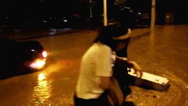 南京遭暴雨袭击,积水困住多名市民
