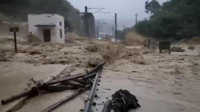 暴雨袭彭水,冲毁渝怀铁路20米铁道