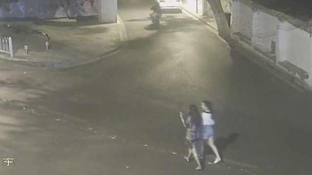 他深夜尾随2女孩,抢手机钱包藏工地
