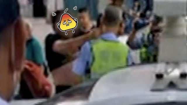 客车司机违停耍横,乘客袭警全被拘