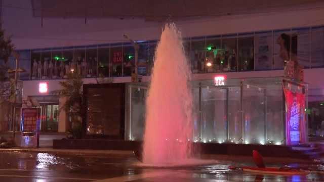 壮观!消防栓爆裂喷出水柱似小喷泉