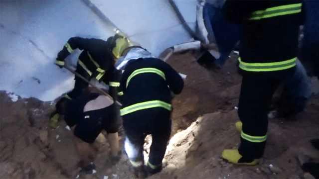 凌晨滑坡压塌板房,一人睡梦中被埋