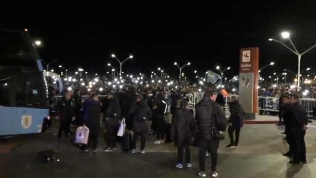 逾四千乌拉圭球迷疯狂欢迎球队回家