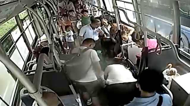 6分钟!乘客晕倒,公交逆行生死营救