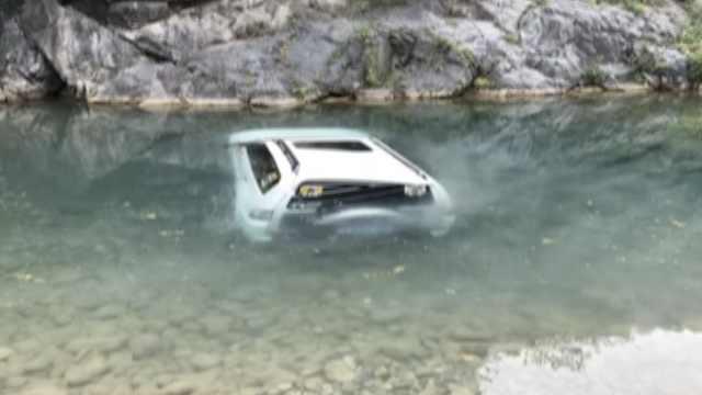 越野车落水,车主发朋友圈引来救援