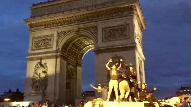 闯进决赛!法国球迷凯旋门前放爆竹