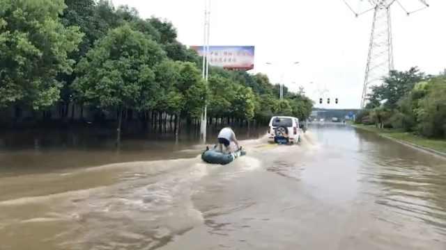 会玩!暴雨后路面积水,市民玩