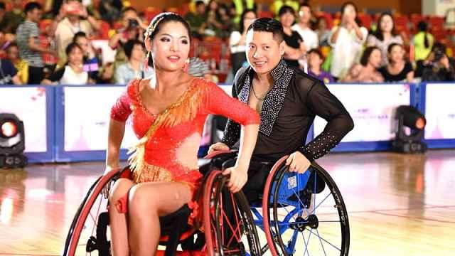 他是轮椅跳舞冠军:很幸运活下来了