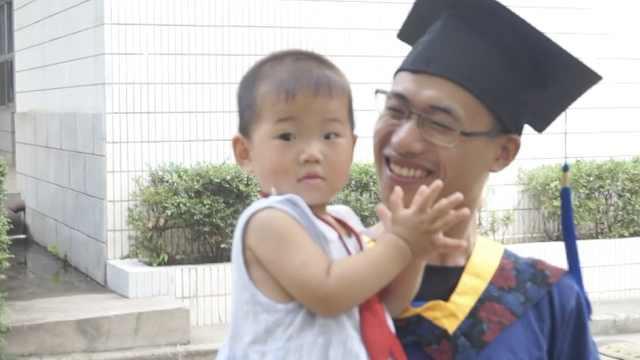 男生硕士毕业,老婆抱着孩子来庆贺
