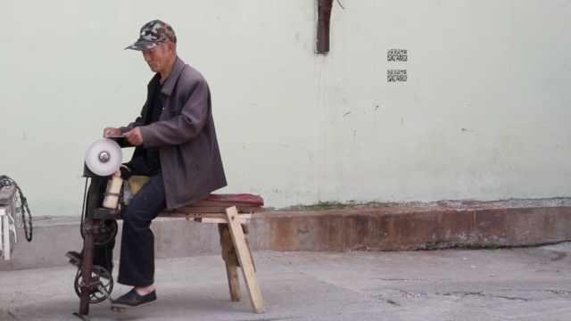 71岁大爷磨刀20年,每把磨完能剃须