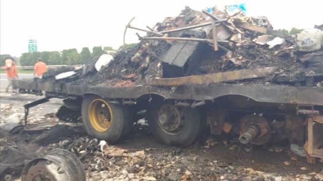 货车高速公路上起火,轮胎爆炸