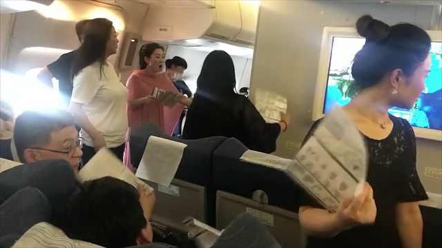 飞机出故障,乘客滞留机舱内被热晕