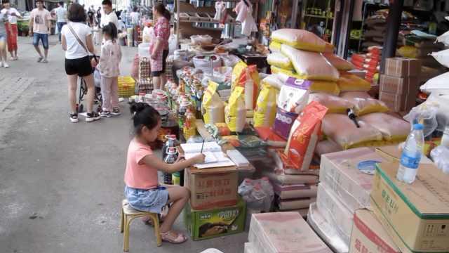 7岁女孩帮妈看店写作业:成绩排第3