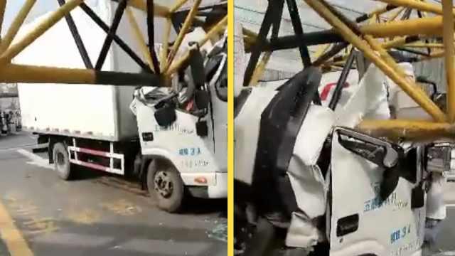 限高杆砸扁货车驾驶室,男子钻窗逃