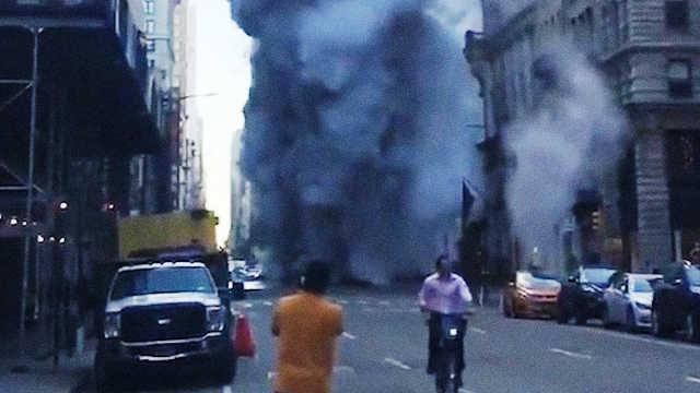 纽约蒸汽管道爆炸,现场浓烟滚滚