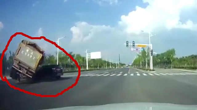 小轿车违章左拐导致货车侧翻