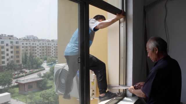 父子俩装空调,日工作18h:人不怕穷