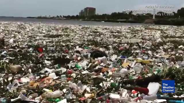 塑料布满海滩,度假天堂变垃圾场