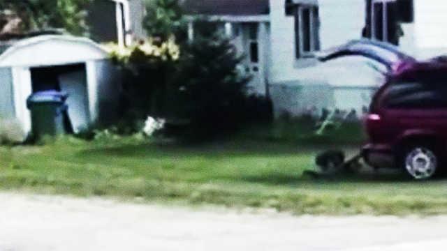 懒!加拿大男子开车拖着割草机割草
