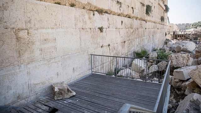耶路撒冷哭墙200斤巨石脱落险砸人