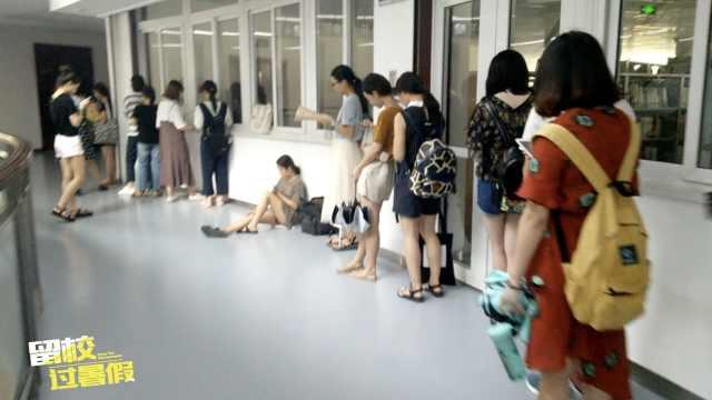 高校图书馆爆满,无座学生走廊复习