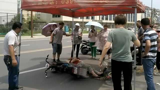 暖心!老人被撞倒地,市民撑伞降温