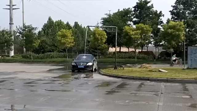 绿化带水管喷水,司机路过蹭水洗车