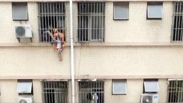 男童独留家中,头卡防盗网身体悬空