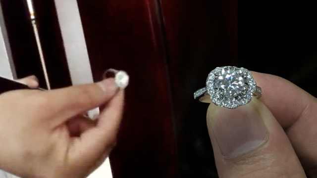大妈捡10万钻戒以为是假货:太大了