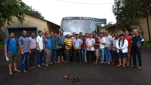 印度一辆巴士坠入峡谷,至少33人死