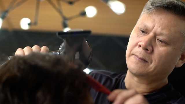 他为癌症患者做发型:顾客带着渴望