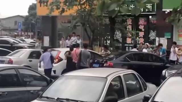 女婴炎夏被反锁车中,市民破窗救人