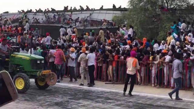 印度拖拉机比赛看台坍塌致百人掉落